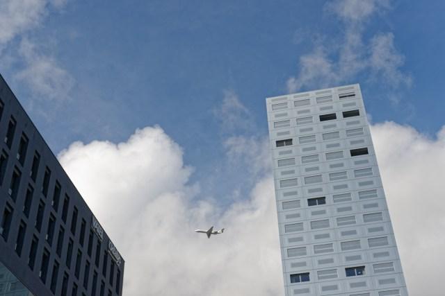 Un avion sur la ville élément de la photo 11/11