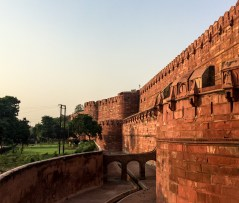 The Agra Fort lies 2,5 kms from the Taj Mahal, on the banks of the Yamuna river