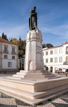 A Templar's statue at Tomar's main square, Portugal (18mm, 1/4000s, f3.5, ISO 320)