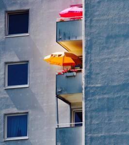 Sonnenschirme auf Hochhausbalkons