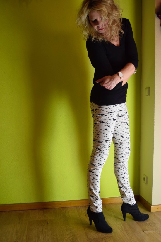Milliblus, Ginger Jeans, DIY Jeans, Jeans nähen, derdiedaspunkt, diy fashion blogger, german blogger, künstlerin, Künstler, Schnittmuster Jeans, pattern jeans, closet case patterns, 50plus influencer, 50plus style, ü50 Stil, ü50 Mode, Jeans style, fabric, white jeans, nähmaschinen mehrlinger, sewera fashion, stoffe.de, schnittquelle, wardrobe by me, Glitzershirt, Lurexshirt, Rollkragenpulli