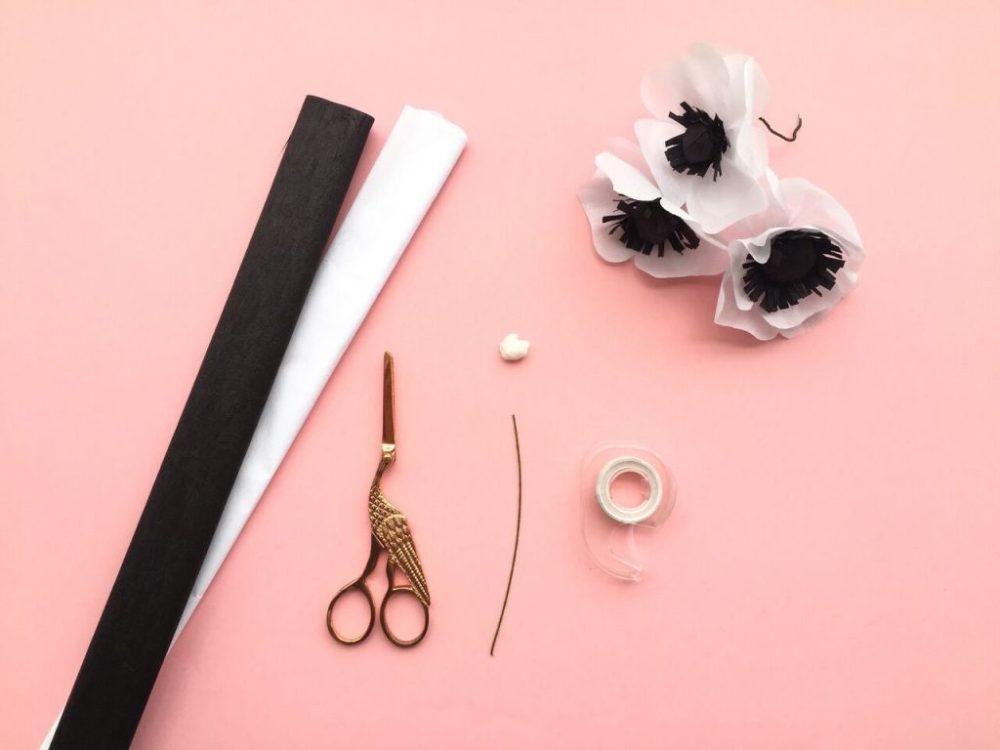 DIY - Personalizar papel de presente é muito fácil, barato e divertido. Aqui você aprende uma dica para fazer o papel de presente e flores de papel crepom para enfeitar.