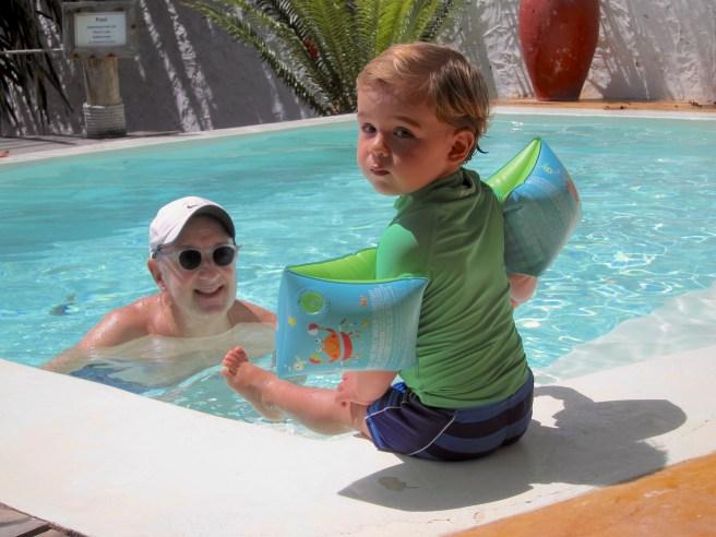 Con abuelo Memo en la piscina-Zanzibar