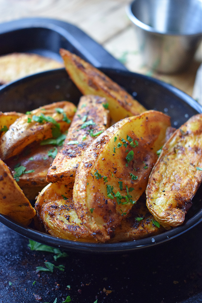 CLOSE UP OF THE SPICED POTATO WEDGES