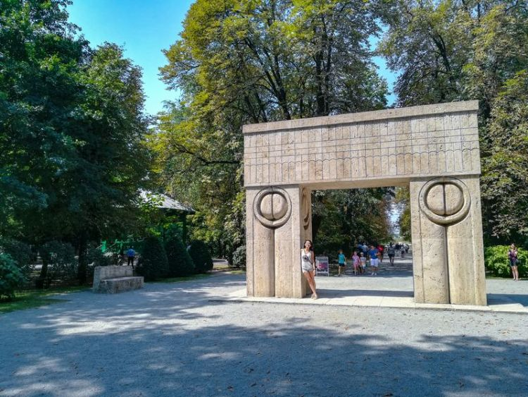 Tg Jiu Brancusi sculptures the Gate of Kiss