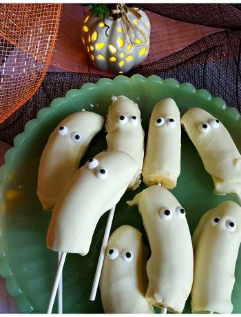 Halloween Treats that are easy to prepare - White chocolate banana ghost Popsicle - Julias Simply Southern