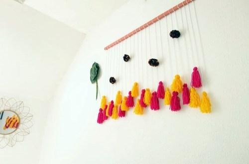 DIY Wanddeko in bohemian look, diy boho look selber machen mit quasten und pompons, bommel dekorieren, somerfeeling hippie, dekoration mit pompoms und tasseln und quasten