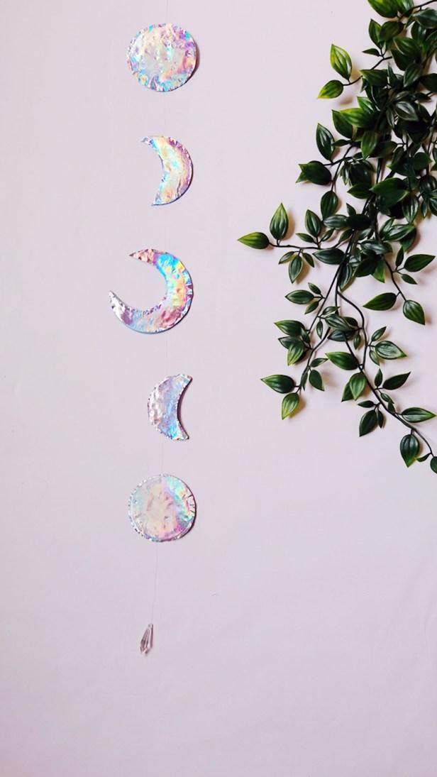 DIY Mondgirlande mit Hologramm Effekt. Holografische mond girlande selber machen, diy mond girlande mit holograschier folie, diy holographic moon garland
