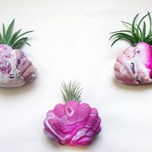 DIY Muschen Wandvase aus Fimo, DIY Blumenvase aus Modelliermasse, deko thema meerjungfrau, muschel deko selber machen, deko muscheln basteln, muschel vase für luftpflanzen do it yourself aus fimo und mit glitzer