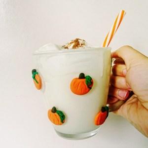 DIY Tasse mit Kürbi aus Fimo - DIY Kürbistasse aus Modelliermasse, Herbst DIY einfach selber machen