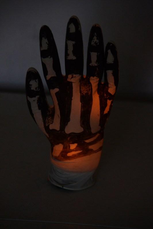diy halloween ideen zum selber machen mit sachen die man zu hause hat, halloween party deko selber machen diy leuchtende hand (2)