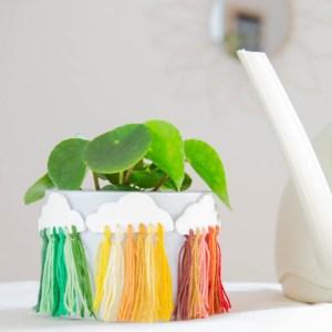 DIY Blumentopf Upcycling idee mit bunten wolkenanhängern   instatrend selber machen