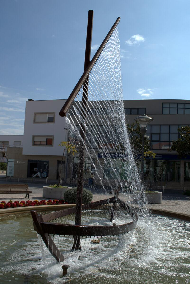 Boat-shaped fountain, Largo Dr Fonseca Lima, Esposende, Mino region of Portugal
