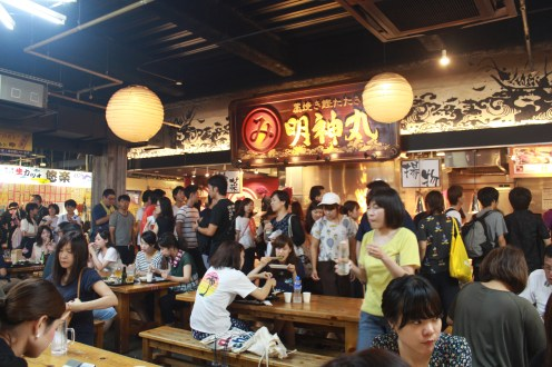 The long lines of this famous restaurant in Hirome Ichiba. Customers patiently fall in line to this restaurant's delicious katsuo.