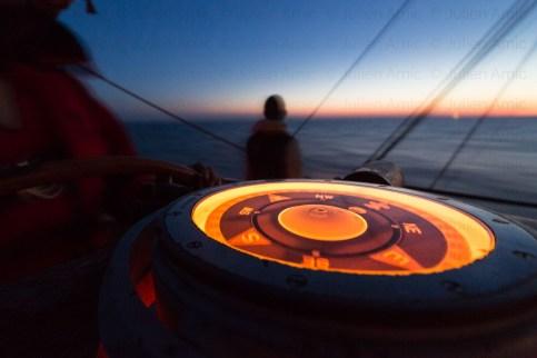 Le compas est éclairé la nuit.