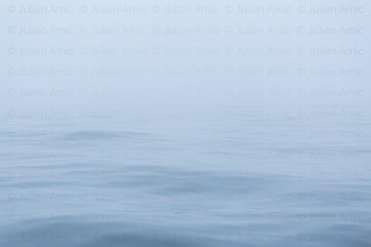 Mer calme en brouillard épais en mer du nord.