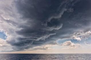 Un train de nuages épais menace en méditerranée.