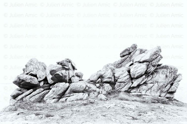 Les rochers de Ouessant paraissent dessinés, tout en contraste.