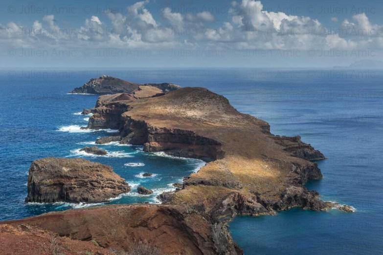 Vue sur l'ilot de Cevada et l'ilot de Farol avec son phare, pointe de Sao Lourenço, Madère. On aperçoit à droite en arriere plan les iles Desertas.