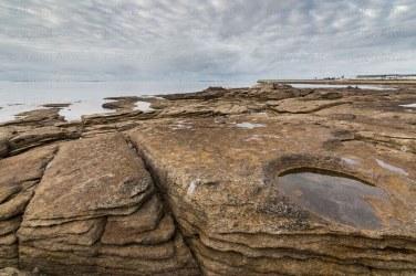 Bord de mer à Treffiagat, rochers sculptés par la mer et les embruns.