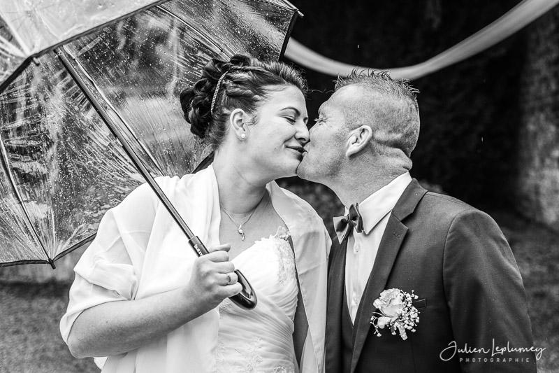 Couple de marié s'embrasse, bisou