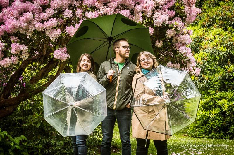 Seance photo famille au parc Emmanuel Liais à Cherbourg en normandie, avec des parapluies