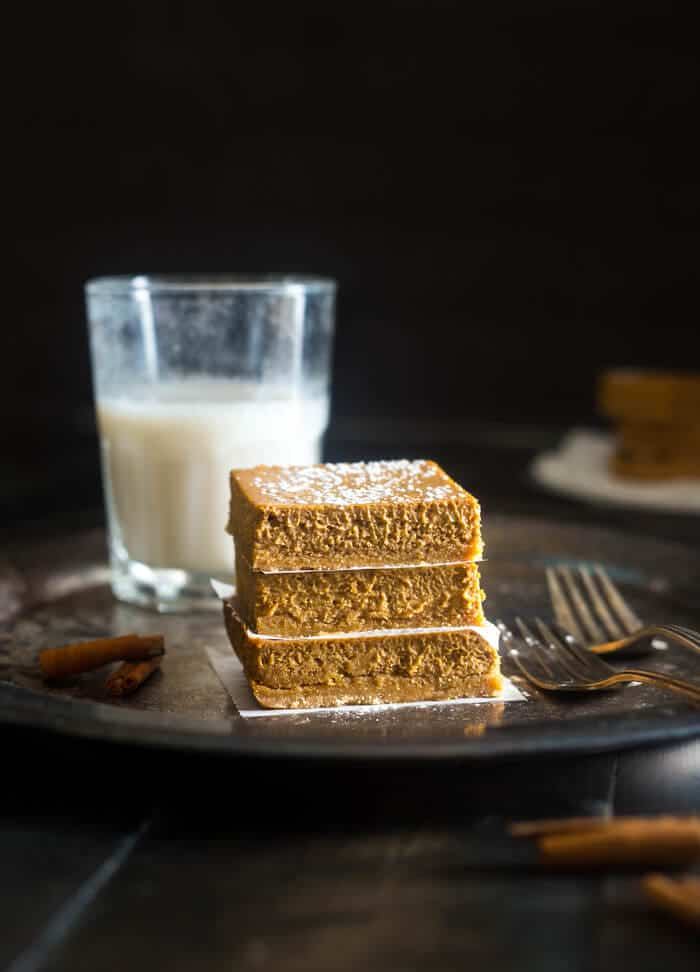 Skinny Gluten Free Pumpkin Cheesecake bars - These easy pumpkin cheesecake bars have a spicy-sweet gluten free crust and are so creamy! You'd never know they're only 150 calories! | Julieseatsandtreats.com |