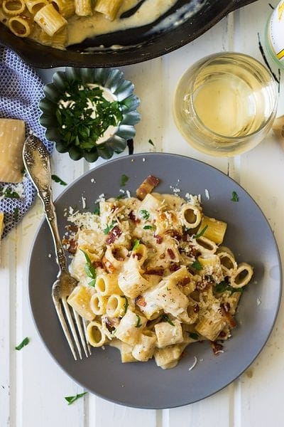 THIS ONE POT BACON ALFREDO IS A QUICK AND EASY WEEKNIGHT MEAL THAT'S FULL OF FLAVOR! IT'S ON YOUR TABLE IN UNDER 30 MINUTES, MADE IN ONE POT AND IT HAS BACON!! WHAT MORE COULD A PERSON ASK FOR??