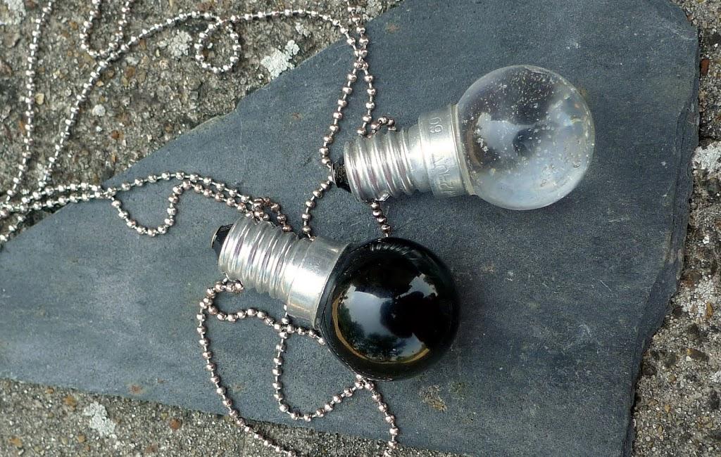 Ampoules noire et blanche