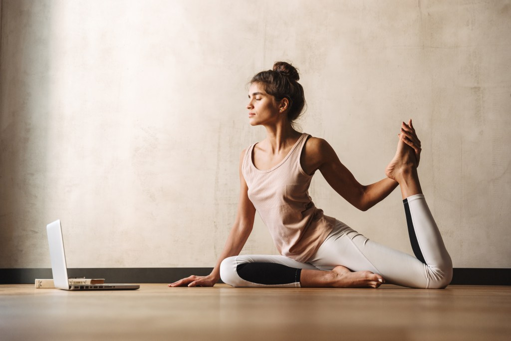Yoga à distance - cours de yoga en ligne à Lyon 69 avec Juliette Marchal - cours de yoga online tous niveaux et débutant