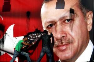 Armenische Jugendliche reissen ein Erdogan-Poster am Märtyrerplatz in Beirut herunter - Bild: The Armenian Weekly