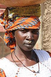 Eine Frau der Peul in traditioneller Tracht - Bild: Wikipedia