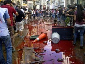 Blut fließt in den Straßen nahe dem Taksim Platz - Foto: einartysken