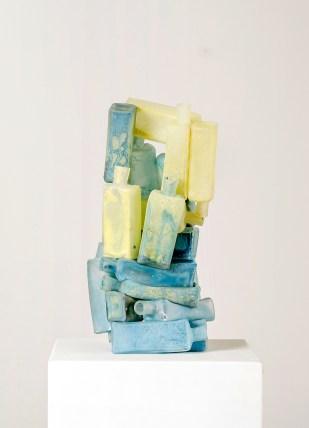 Missing Link, 2017, 45 x 20 x 20 cm, fused glass bottles, glass paint (Foto: Reiner Hausleitner)