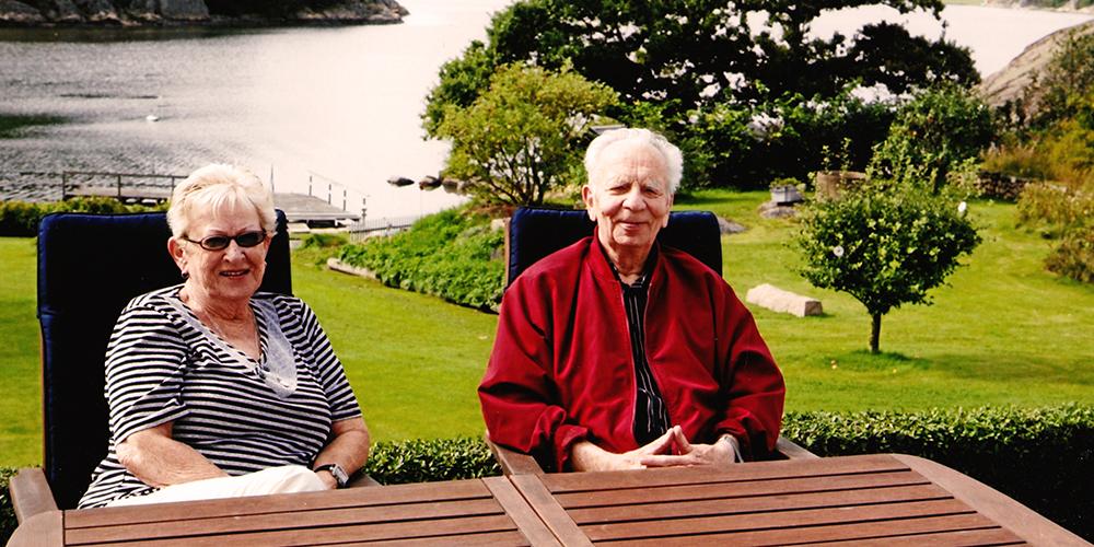 Mormor och morfar vid morfars barndomshem i Brodalen.