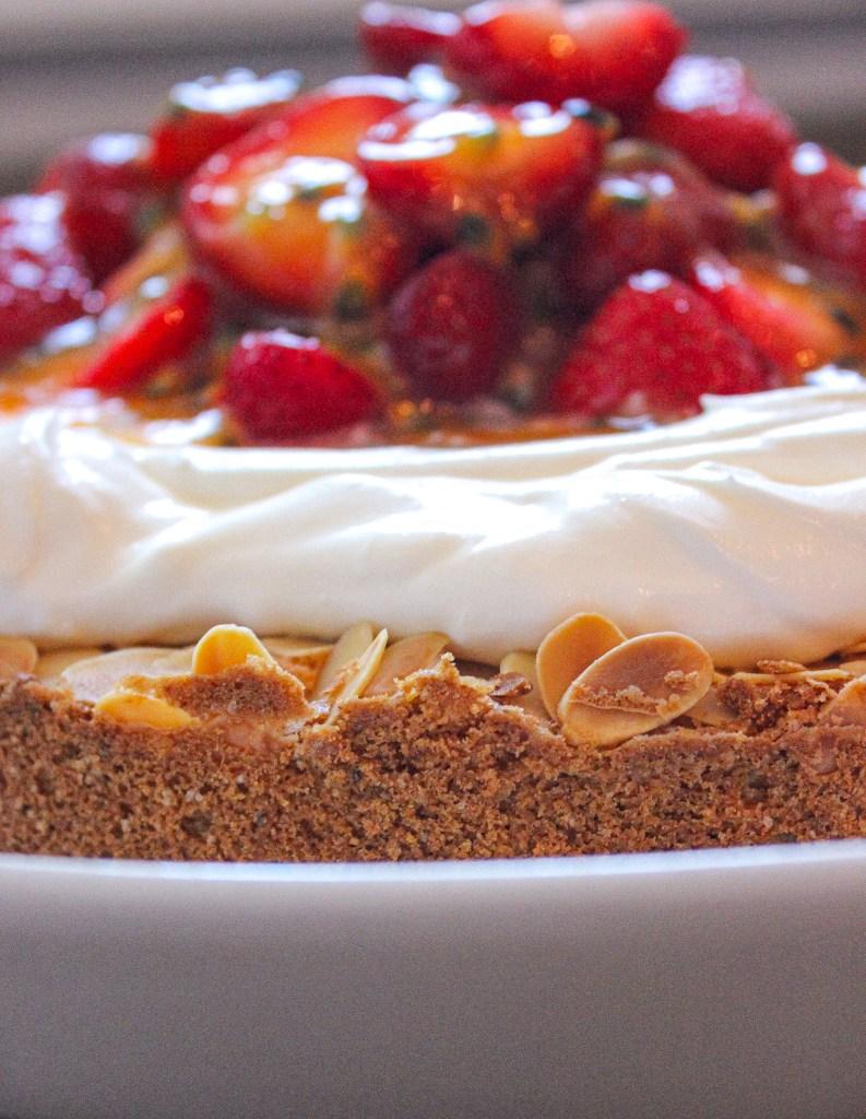 Ein knuspriger Mandelkuchen mit Erdbeeren, einer Sahnecrème und fruchtigem Passionsfruchtgelee. Ideal für die nächste sommerliche Kaffeetafel.