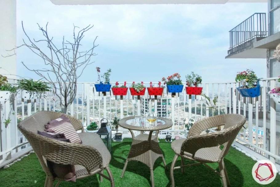 düz balkon fikirleri-ekiciler-suni çim-kamış sandalyeler