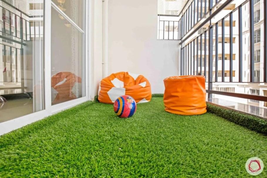 düz balkon fikirleri-suni çim zemin-balkon katı