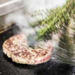 Burgerpatty auf dem Grill bei Kumpe und Keule