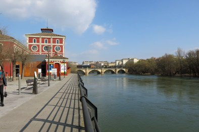 Promenade on the other side of the Ebro River.