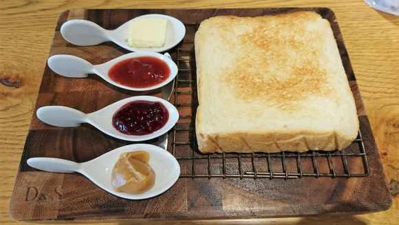 極美ナチュラル食パンと3種ジャムとエシレバター