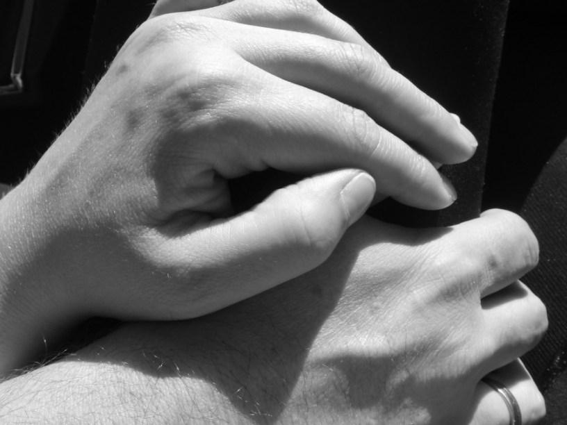 Bild von zwei auf einander liegenden Händen. Die untere gehört meinem Gatten.