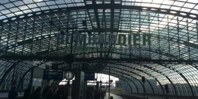 """Hier ist ein Bild vom Berliner Hauptbahnhof zu sehen. Die Leuchtschrift zeigt """"Bombardier – Willkommen in Berlin"""""""