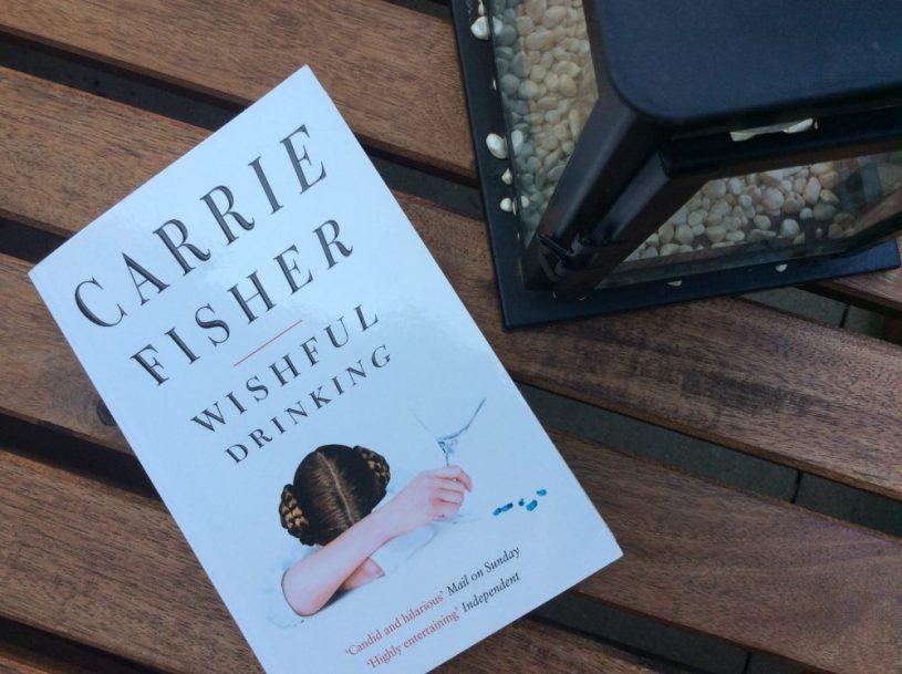 """Hier ist das Buchcover der autobiographischen Erzählung """"Wishful Drinking"""" von Carrie Fisher zu sehen."""