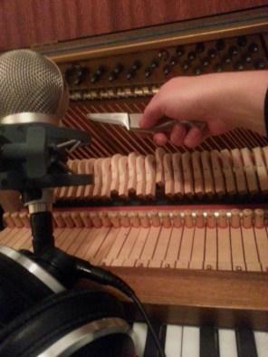 OK, det ser måske lidt voldsomt ud, men bare rolig. Mit pianette har ikke lidt overlast. Til gengæld fik jeg optaget en masse spændende lyde - og nogle af dem er med på den lille lydbid længere nede. Kan du høre hvilke lyde det er?