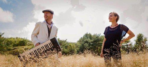 Duoen Music for Hearts - aka Maria Sita (sang) og Thomas Thor (keyboard) spiller til havekoncert hos singer-songwriter June Beltoft
