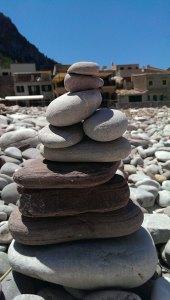 Steinturm am Strand von Port de Vallldemossa