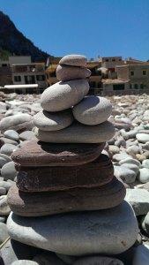 Steinturm am Strand von Port de Vallldemossa auf dem Weg zum Sonnenuntergang am Torre del Verger