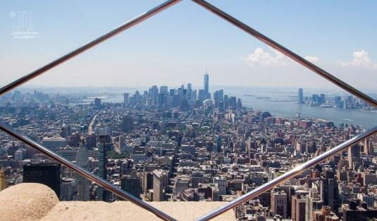 http://junghahn24.com/frueh-aufstehen-fuer-eine-alte-dame-freiheitsstatue/ http://junghahn24.com/neue-hoehen-werden-erobert-empire-state-building/ Ein erster Blick durch die Gitter auf dem Empire State Building ging Richtung Süden. Vorne kann man das Ironflat Building seine, und im Süden sihet man das One World Trade Center