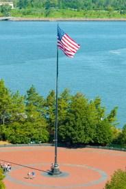 Wie überall in den USA ist auch auf Liberty Island die Flagge der USA zu sehen. http://junghahn24.com/frueh-aufstehen-fuer-eine-alte-dame-freiheitsstatue/